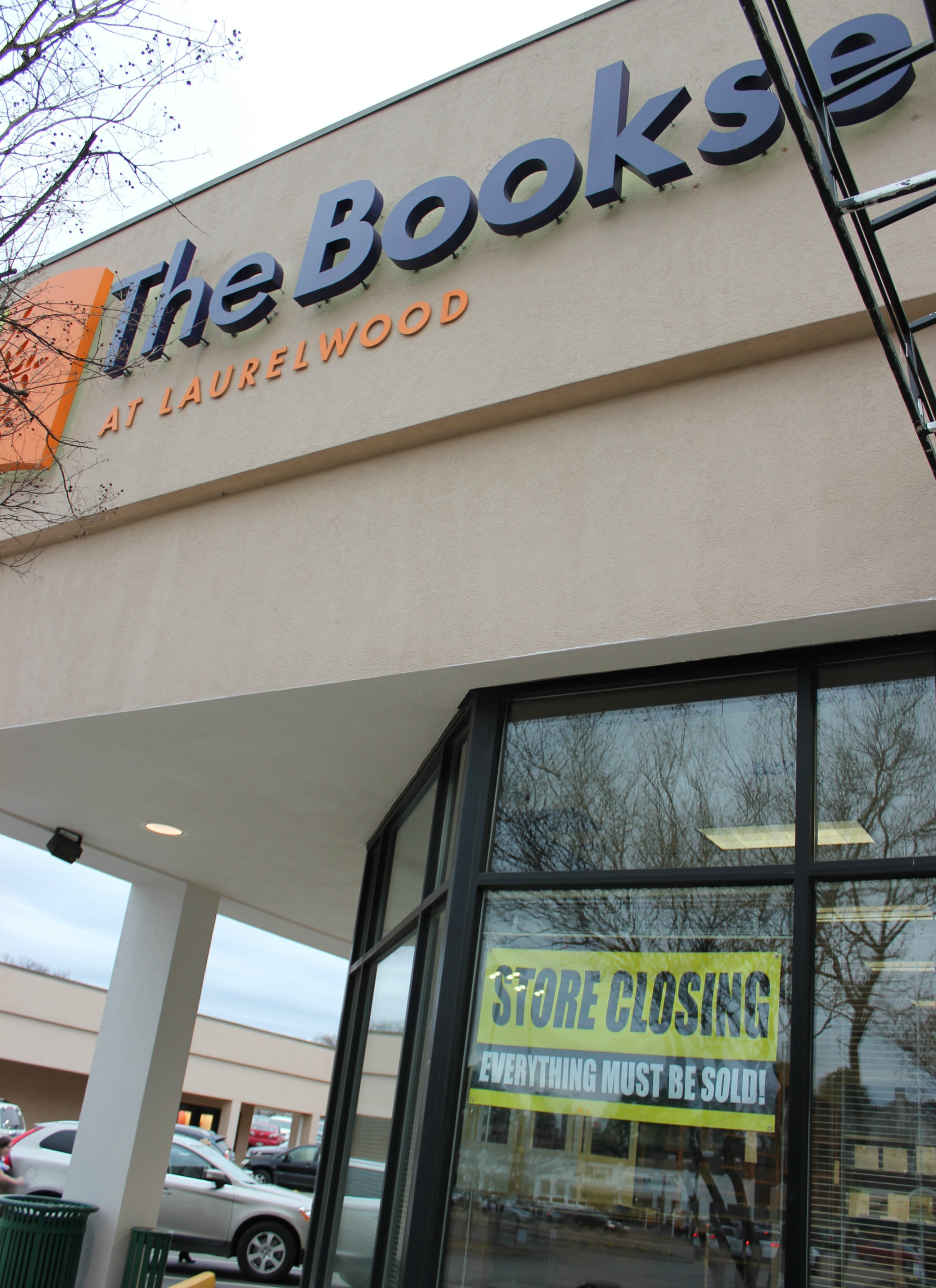 Booksellers' storefront closing banner.